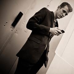[フリー画像素材] 人物, 男性, モノクロ, 携帯電話, iPhone ID:201203260400