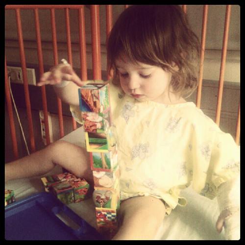 Het kind maakt hoge torens en mag wellicht om vier uur naar huis
