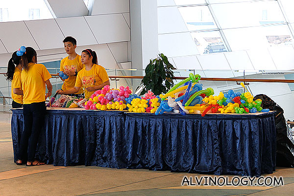 Balloon sculptors at work