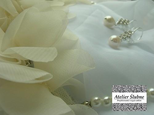 zestaw: kolczyki z perłą oraz naszynik z pereł i materiałowych kwiatów