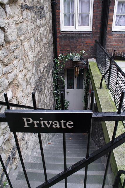 Лондон, Тауэр, за заслуги прерд Англией старым воинам в награду дают право проэживания в Тауэре. Адрес Кровавая Башня, 1