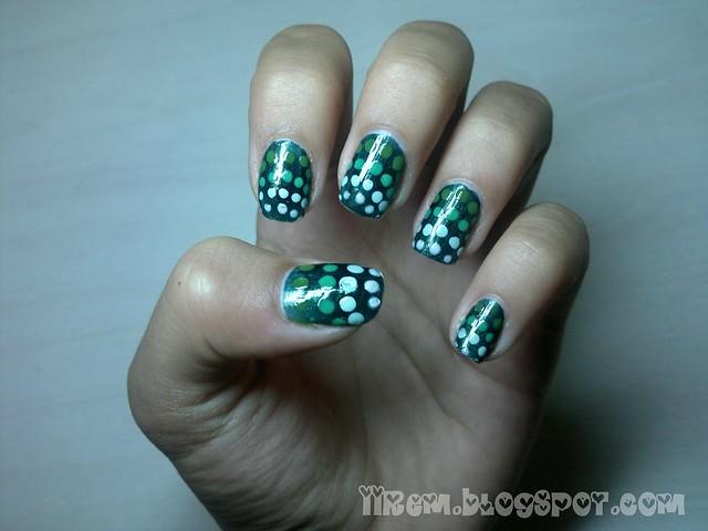 Gradient Polka-Dot Manicure (2)