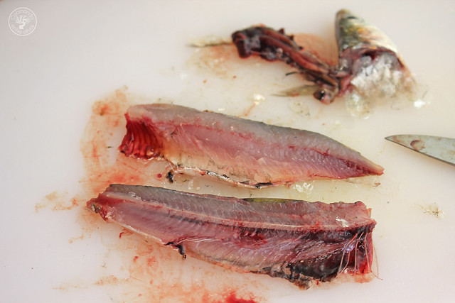 Tostas Salmorejo, sardinas marinadas y caviar de aove www.cocinandoentreolivos.com (11)