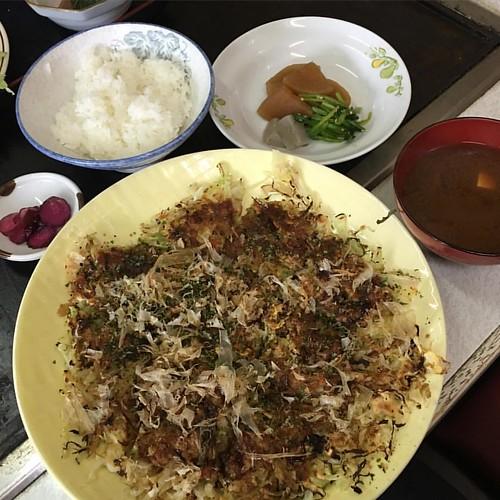 今日は此れからAdobeのセミナー 腹ごなしはお好み焼き定食 ここはお好み焼き まるは。昭和テイスト #japan #japanese #japanesefood #lunch #japaneselunch ##お飲み焼き