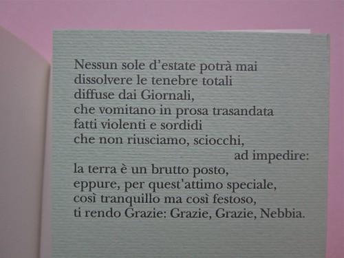 W. H. Auden, Grazie, nebbia; Adelphi 2011 [responsabilità grafica non indicata]. Risvolto della quarta di copertina (part.), 1