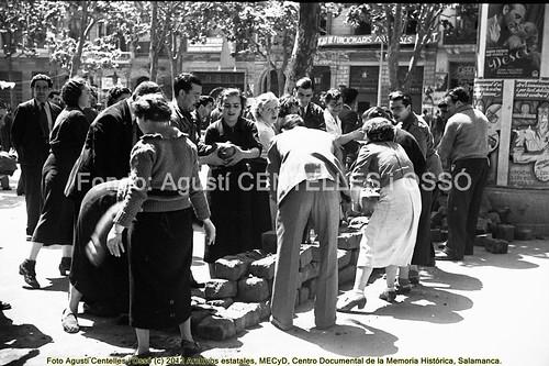 Barcelona, hechos de mayo de 1937, se retiran las barricadas después de la llamada de las centrales sindicales. by Octavi Centelles