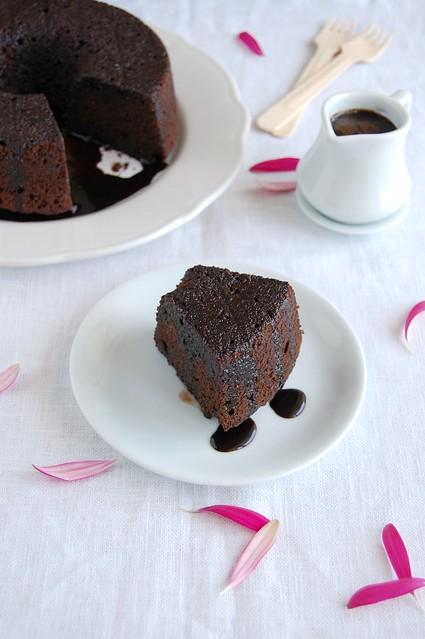 Amaretto glazed chocolate Bundt cake / Bolo de chocolate com calda de Amaretto