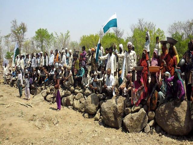 पानी सहेजने के लिये इकट्ठा ग्रामीण