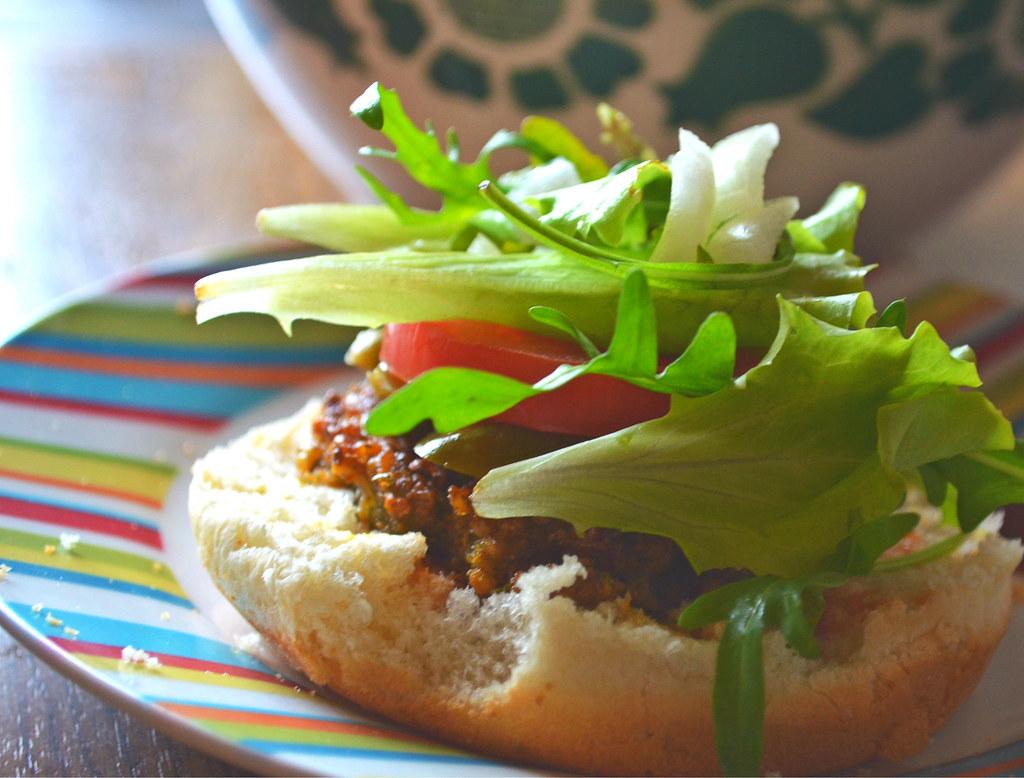 Veganer angeknabberter Hamburger