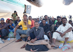 Migrants being loaded on to a cargo plane in Kufra. Credit: Rebecca Murray/IPS