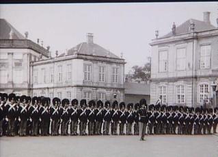 Livgarden afløser politivagten på Amalienborg d. 10. juni 1945