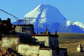 Tibet Kailash-Trekking. Das Kloster Chiu vor der majestätischen Kulisse der Südwand des Kailash. Foto: Bruno Baumann.