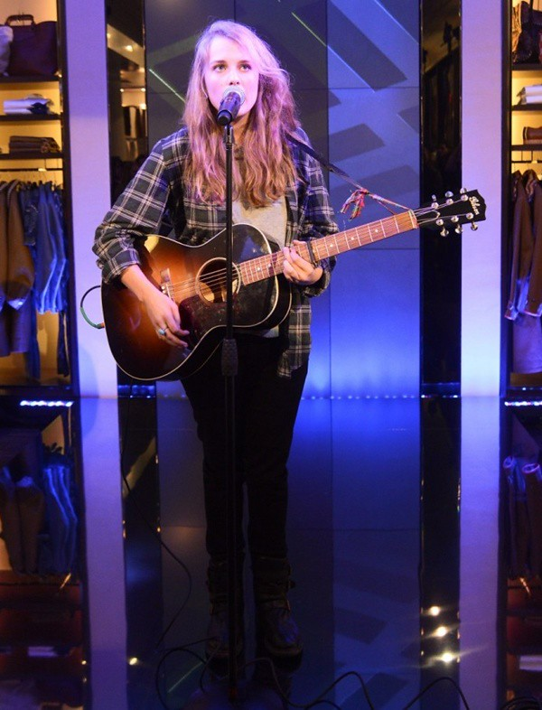a2 NY - Marika Hackman performs at the Burberry Eyewear event in New York2