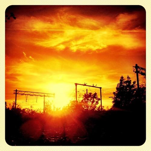 Zonsondergang langs de spoorlijn