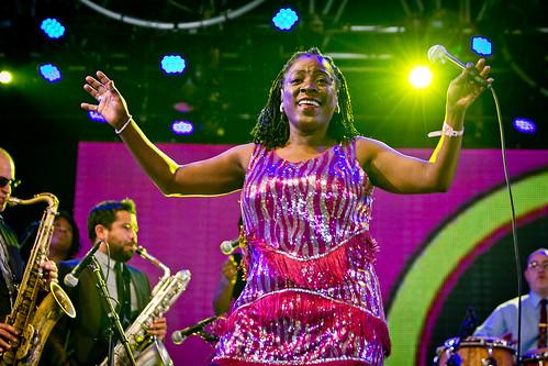 Pinkpop 2012 mashup foto - Taante Sharon Jones maakt er een feestje van