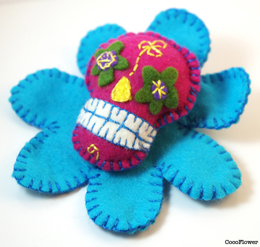Flower brooch felt skull