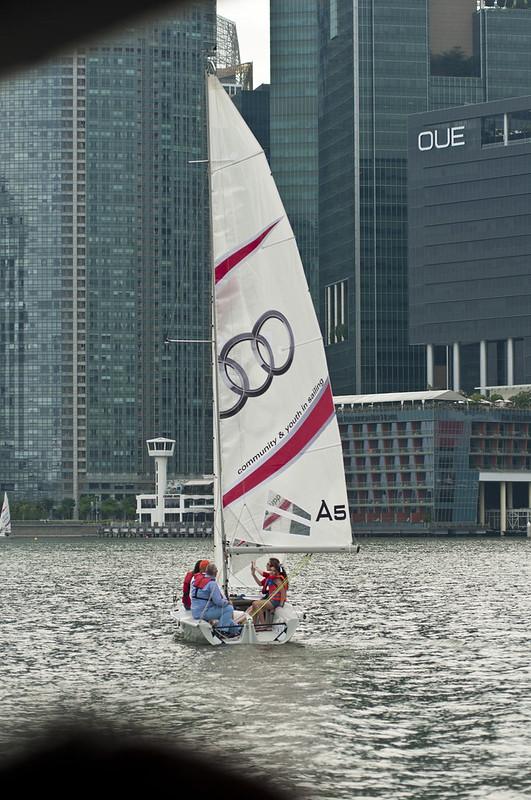 Парусник среди небоскребов в Сингапуре