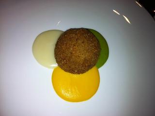 Albóndiga coulant con parmentier de patata, zanahoria y calabacín