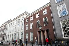 <p>Heden ten dage de ingang van de leeszaal van Universiteitsbibliotheek. Voor 1800 stond hier echter het woonhuis van Joan Gideon Loten.</p>