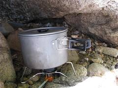 在石缝中煮饭。