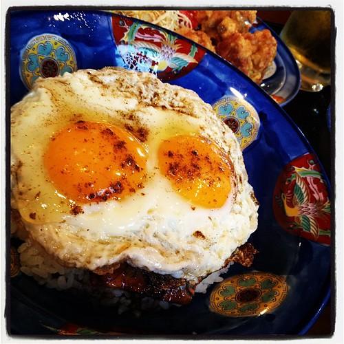 今治といえば焼鳥らしいけど、今日はもう一つの名物、焼豚玉子飯のセットで。