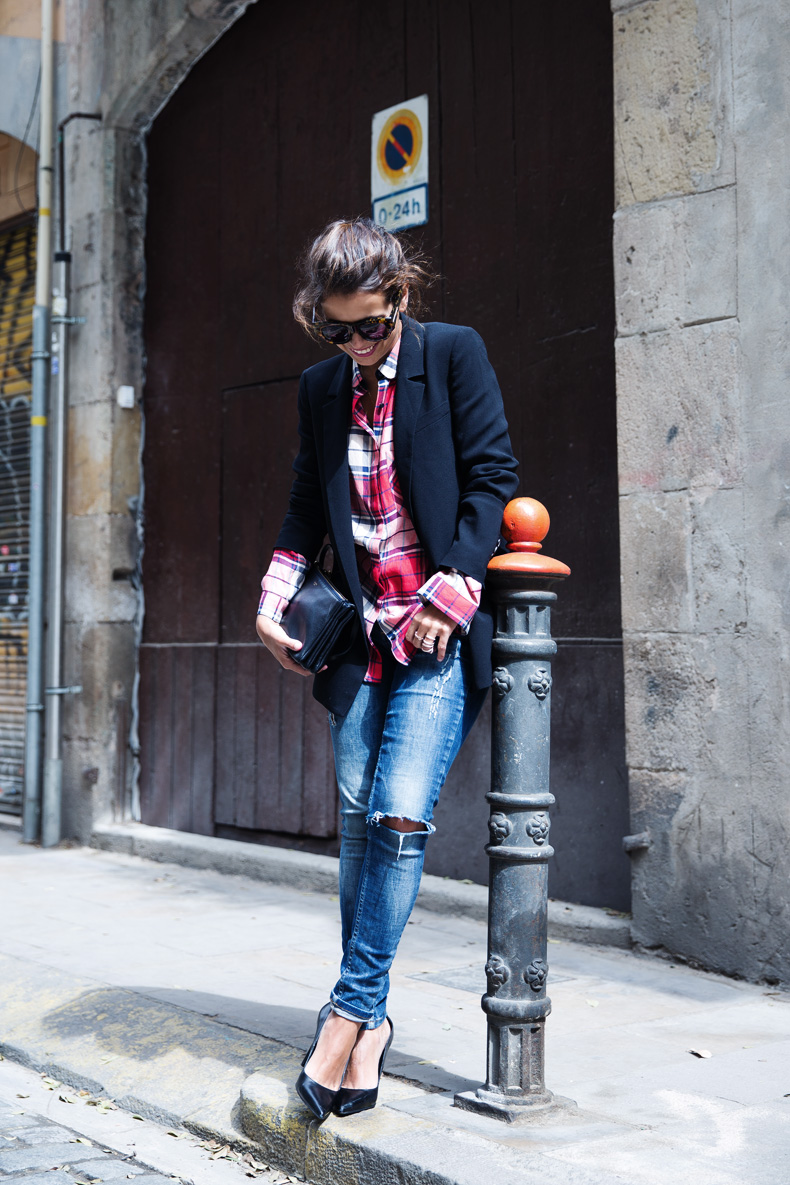 Barcelona_Travels-Belbake-Travels-Plaid_Shirt-Ripped_Jeans-Outfit-Street_Style-Collagevintage-13