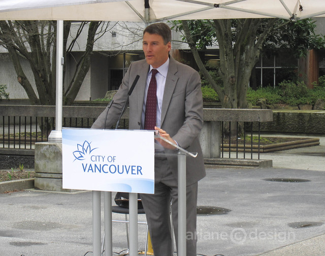Mayor Gregor discussing Vancouver's food cart program