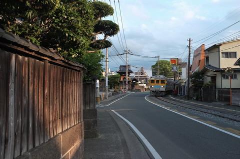 熊本電鉄黒髪町付近の併用軌道を見る