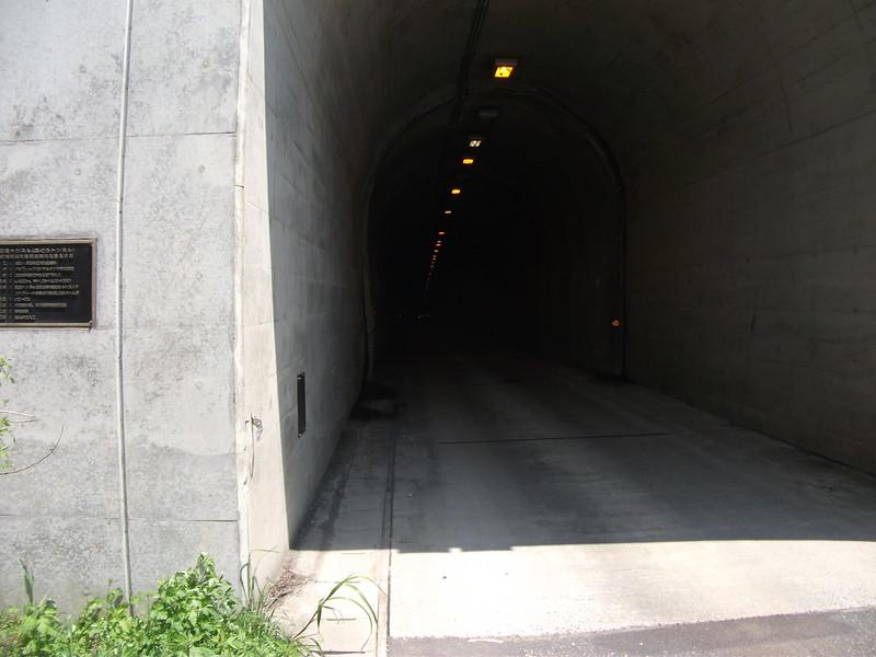 闘牛場へのトンネル