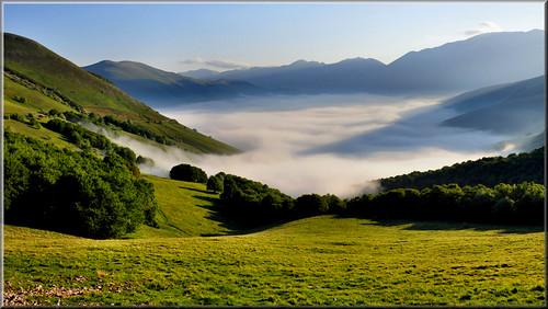 Nebbia sul Pian Grande by Luigi Alesi