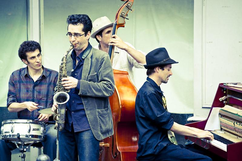 巴黎街頭的音樂表演,熱情、活力、隨性。然特色十足,亦十分動聽。