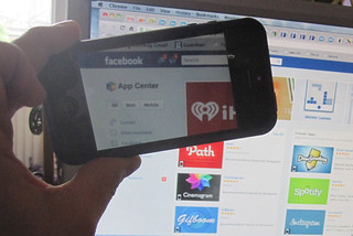 Facebook App Center iPhone. Foto: Sam Michel/toodlepip (CC BY 2.0). Embedded by flickr