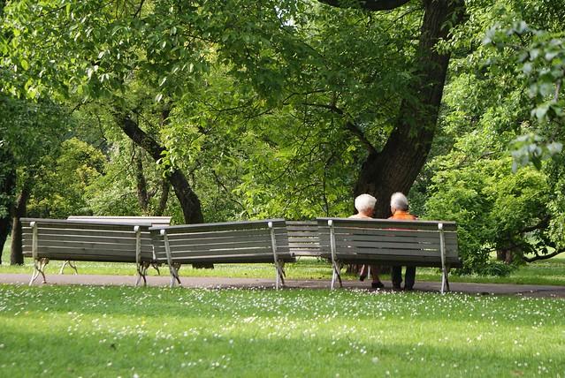 Discussion sur un banc dans un parc de Prague.