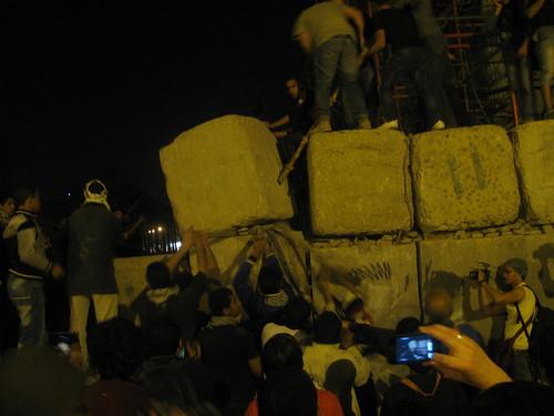 الثوار يهدمون الجدار الخرسانى بشارع القصر العينى