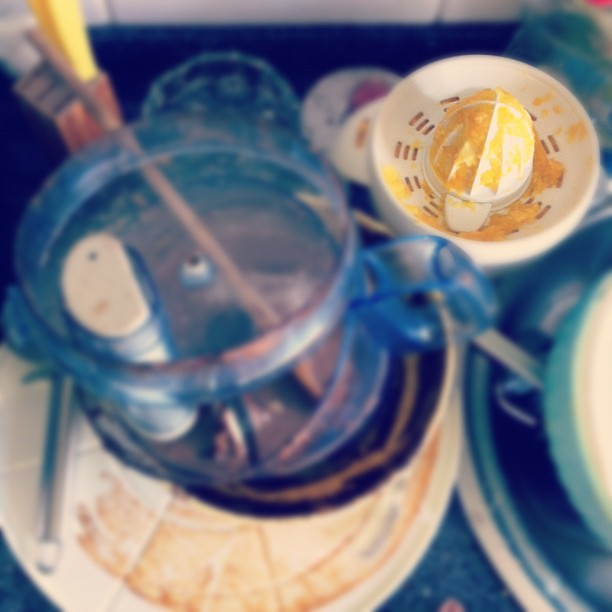 A confusão de uma cozinha, após a preparação de um bolo e de um salame.