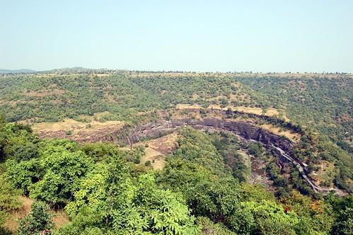 In der Ebene ist die Schlucht mit den Höhlen von Ajanta eingegraben. Rechts unten ist der Haupeingang zu sehen, geradeaus sind die Haupthöhlen