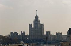 Kotelnichnaya Apartments depuis le pont Bolshoy Moskvoretsky