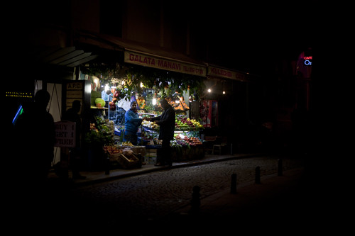 A small fruit shop in Galata, Istanbul liten