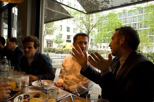 Malte Lehming, Kommentarchef des Tagesspiegel (Mitte) im Gespräch mit Christian Rapp von Vodafone