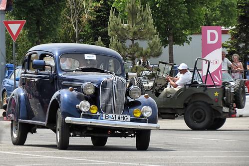 [Un Plymouth DeLuxe (P4) din 1938 urmărit de un Willys MB din anii 1940; fotografie de Alex Pănoiu, pe Flickr]