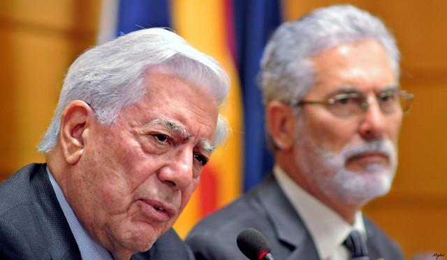 El Premio Nobel de Literatura, Mario Vargas Llosa, en rueda de prensa a su llegada a España junto al rector de la Universidad de Las Palmas de Gran Canaria en el aereopuerto de Gran Canria.