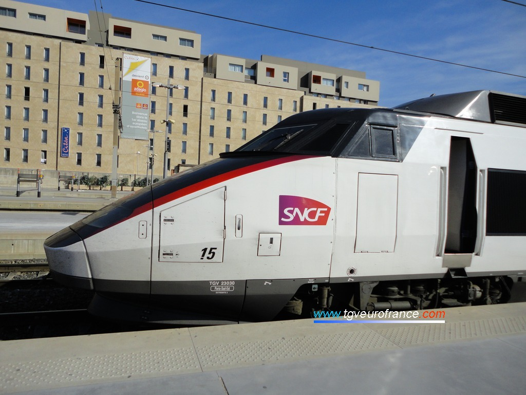 Vue de l'avant et de la cabine de la motrice paire 23030 du TGV PSE 15