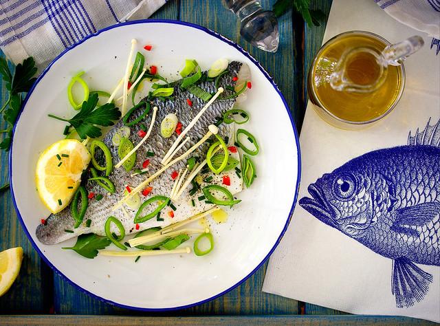 Zanderfilet mit Enoki-Pilzen, Lauch und Mandarinenöl