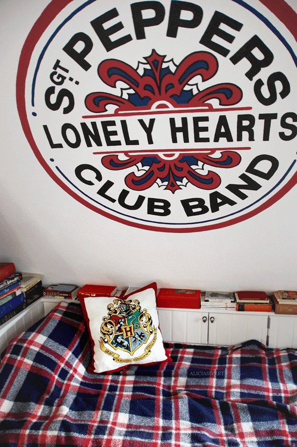 Sgt. Potter's, aliciasivert, alicia sivertsson, harry potter, beatles, the beatles, hogwarts, sgt. pepper's, sgt peppers lonely hearts club band, sgt. pepper's loenly hearts club band, red, blue, pillow, cuschion, needlework, cross stitch, cross stitching, stitch, embroidery, bed, wall, wall painting, gryffindor, hufflepuff, slytherin, ravenclaw, vägg, väggmålning, målning, logga, kudde, hogwartskudde, broderi, korsstygn, korsstygnsbroderi, harry potterbroderi, j.k. rowling, säng, room, interior, interiour, handicraft, handcraft, craft, rum, interiör, inredning, hantverk, pyssel handarbete