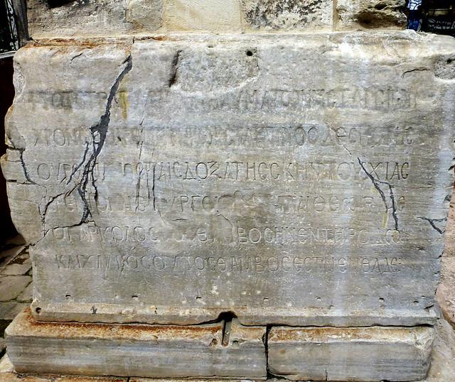 Istanbul - avril 2012 - jour 4 - 035 - Atmeydanı Caddesi - socle de la colonne murée