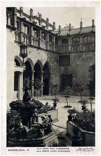 Barcelona, pati dels tarongers del Palau de la Generalitat, foto  Archivo Zerkowitz. by Octavi Centelles