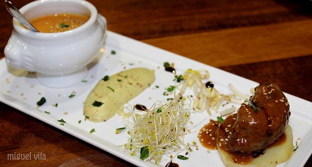 Rolo de tenreira con verduriñas e puré de pistachos.