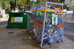 位在Haifa社區內的資源回收桶,常常是堆滿了回收的空罐空瓶,與過去相比,這樣的資源回收桶利用率大為增加,也反應出民眾的回收行為