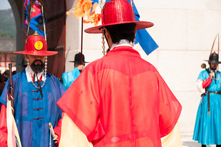 """En bleu et rouge: le Jongsagwan s'occupe du """"Livre de la Porte"""". En rouge et jaune, le Sumunjang est chargé du commandement de la Garde"""