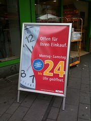 Rewe-Schild: Bis 24 Uhr geöffnet.